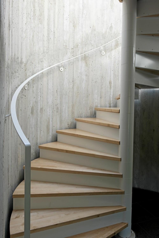 STILRENT: Trappen snor seg som en moderne skulptur mellom de to etasjene.