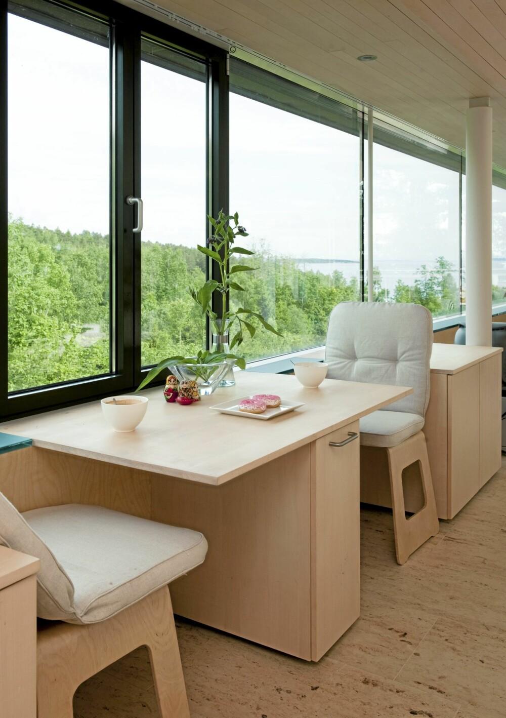 GOD START PÅ DAGEN: Dette er det perfekte sted å innta morgenkaffen. Bord og skap fra Multiform AS samt blonde Ikea-krakker.