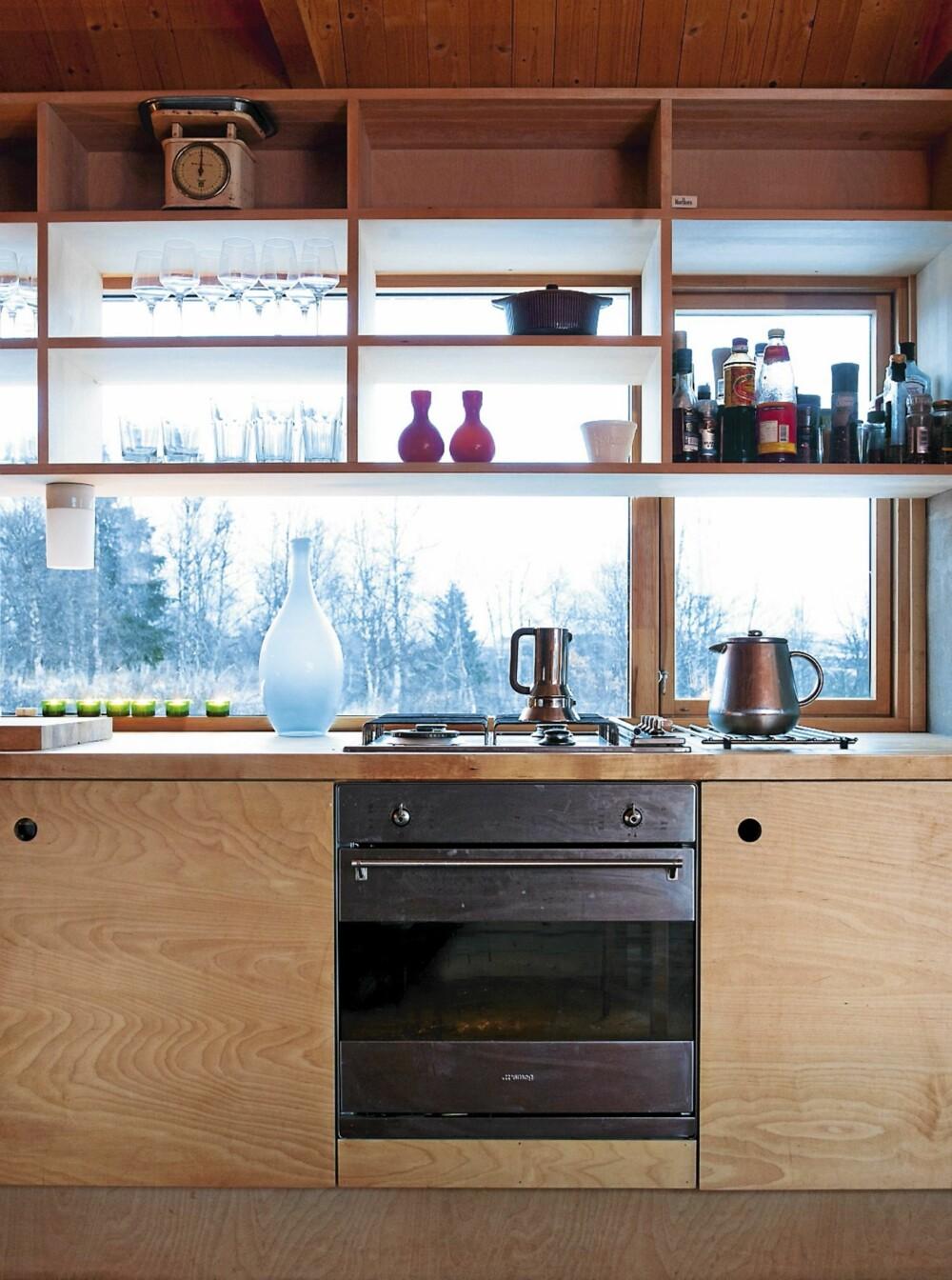 KULT KJØKKEN: Det arkitekttegnete kjøkkenet er laget slik at det åpner seg mot naturen. Det er trivelig å ha noe å feste blikket på når du tilbedreder  maten.