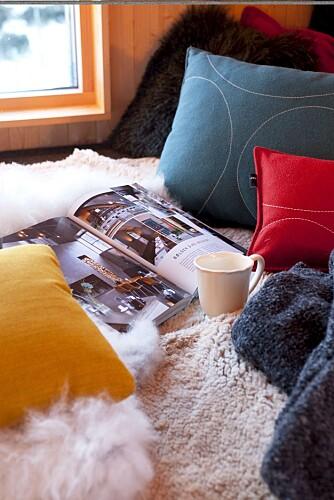 LOUNGEHYGGE: Sove-sitte benken er som et loungeområde med utsikt over vidda. Dette er det perfekte sted å nyte høyfjellet.