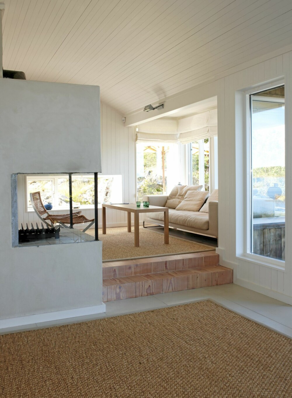 MATERIALMIKS: Nivåforskjellen mellom stuen og tv-stuen er understreket med ulike materialer. Grunnplanet har slitesterke fliser, mens tv-stuen har mykt tregulv.