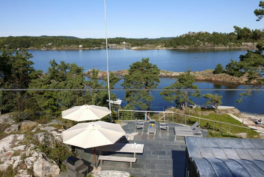 SKJÆRGÅRDSIDYLL: På terrassen er det sol hele ettermiddagen, og utsikt til livet på fjorden. Dersom barna vil leke ved sjøkanten, har foreldrene full kontroll herfra.