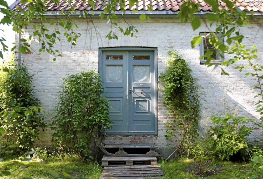 IDYLL: Ti tusen brukte murstein, det blir hjemmebygd hus av slikt. Trappen er trepaller og en gammel kjelke.