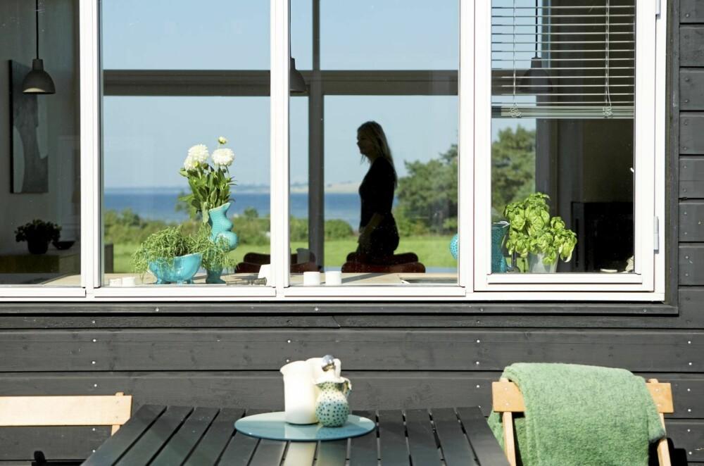 PANORAMA: Sommerhuset ligger på en liten høyde med nydelig utsikt over Lammefjorden.