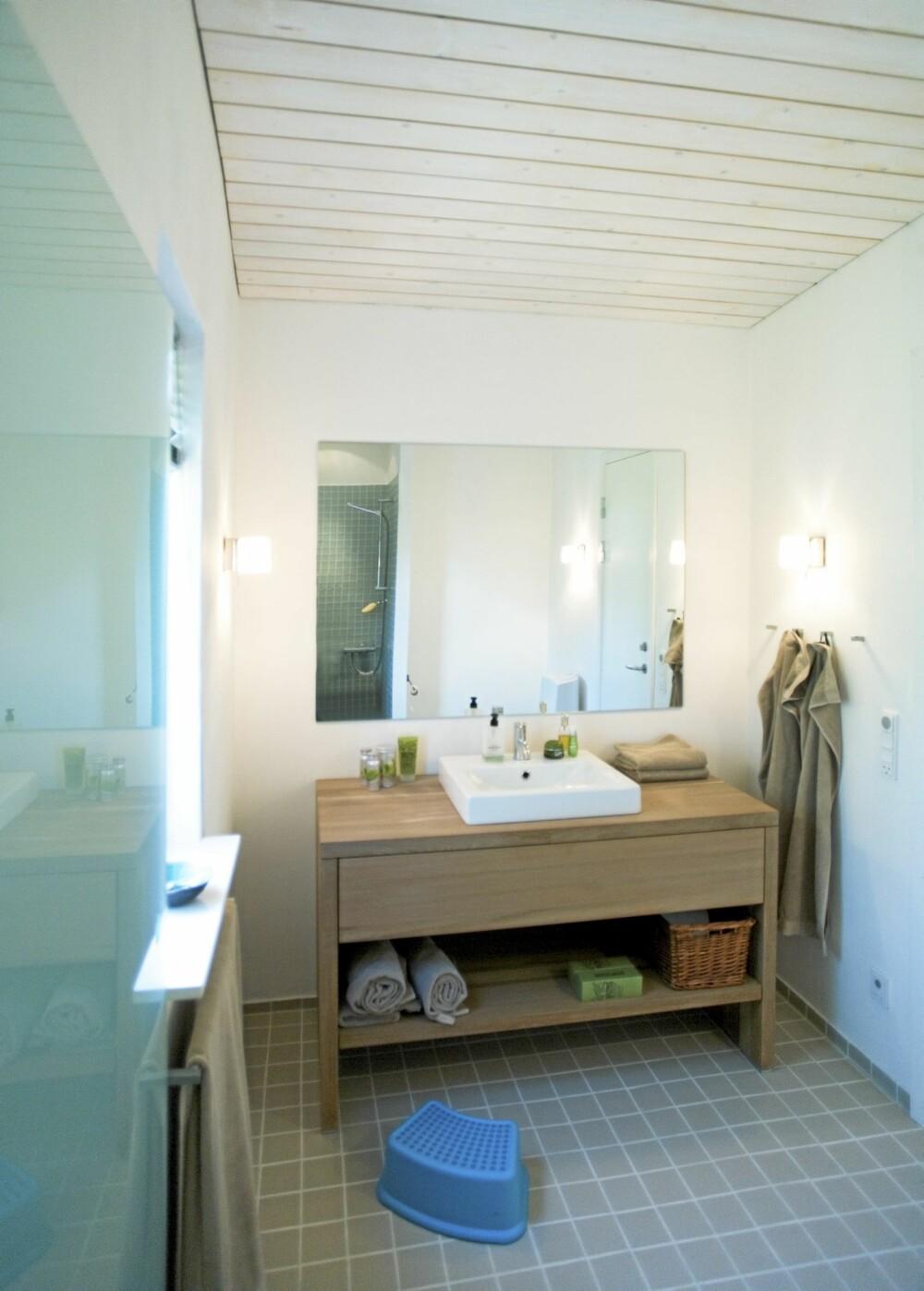 BAD: Bademøblene er enkle og praktiske, lagd av Hansen Kitchen. Flisene er fra Evers og holdt i farger hentet fra landskapet utenfor.