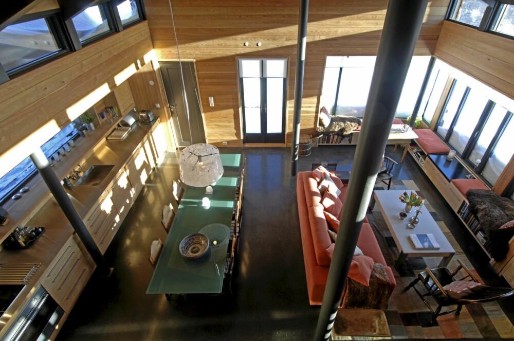 PANORAMA: Oversikt over stueinteriøret med vinduer nesten hele veien rundt. Glattslipt, grått betonggulv.