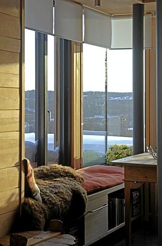 LYSGLIMT: Hyggekroken ligger i østenden av stuen. Herfra kan du om kvelden se lysene fra Hafjell på den andre siden av Gudbrandsdalen.