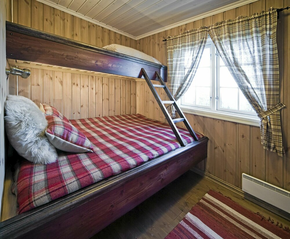 PLASSBYGDE SENGER: Sengene i hytta er spesialtilpasset og selvbygget av Samdal. Han har også aldringsmalt alle sengene.