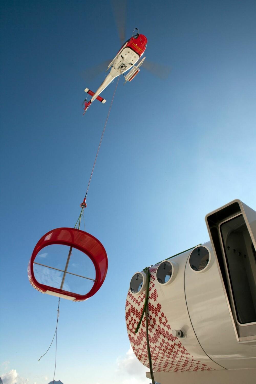 VRIEN PLASSERING: Installasjonen ble flydd opp med helikopter.