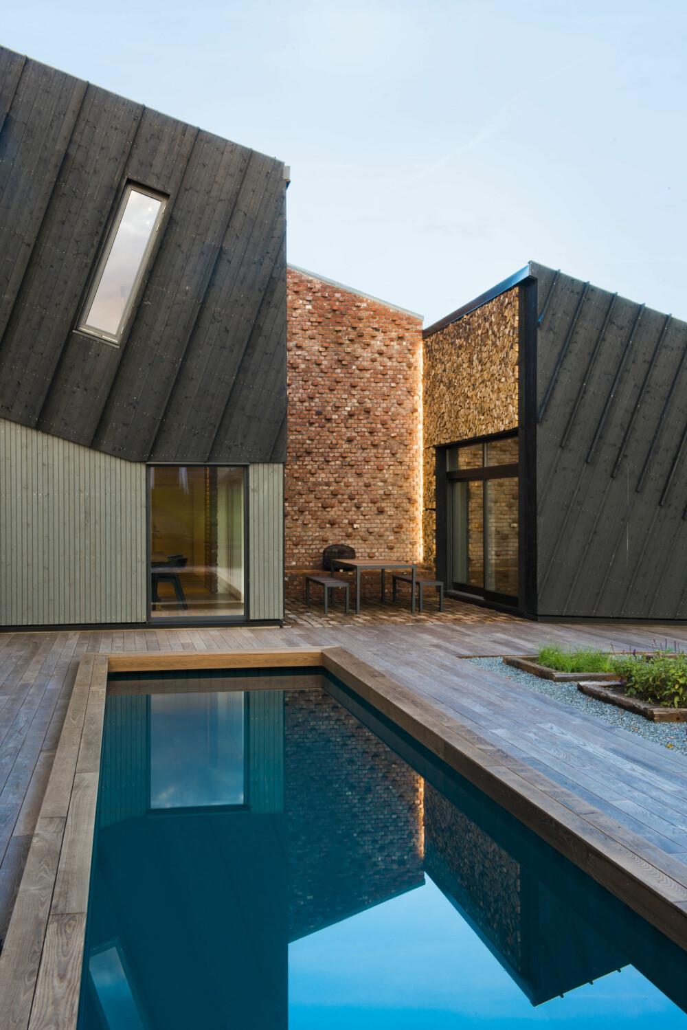 SOLENERGI: Retning og vinkel på taket er lagt for å få mest mulig utbytte av dagslyset, og gi maksimal solenergi. Badebassenget varmes med overskuddsvarme fra solvarmeanlegget.