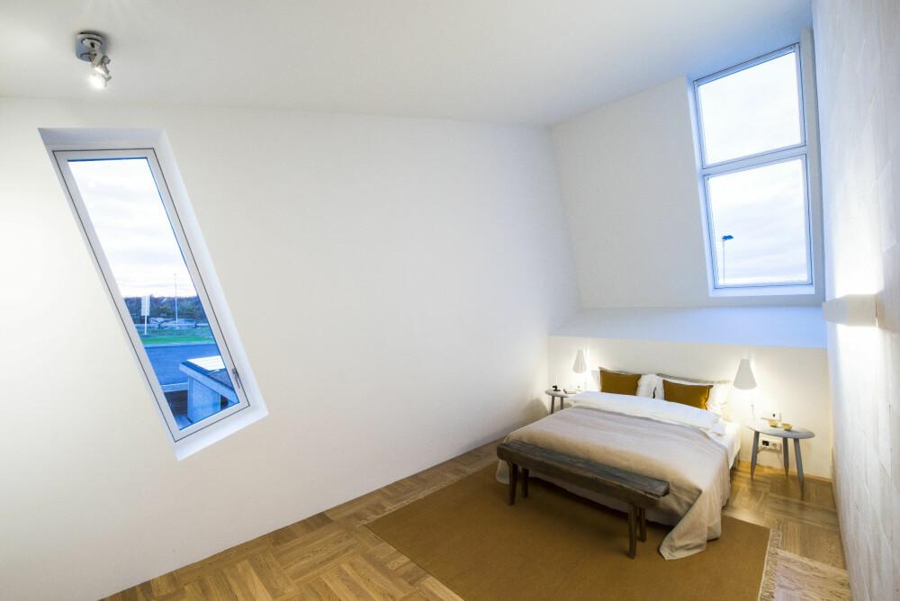 SKRÅTT: Deler av huset har en lutende form, og dette kan blant annet sees tydelig på soverommet.