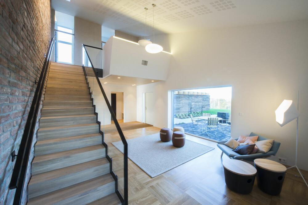 VANNBÅREN VARME: Mye av oppvarmingsenergien kommer fra en varmebrønn i bakken, og i gulvene i første etasje er det vannbåren varme.