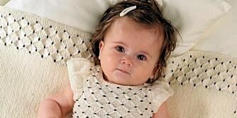 PÅ PINNE: Strikk denne søte kjolen i tynn ull til babyen.