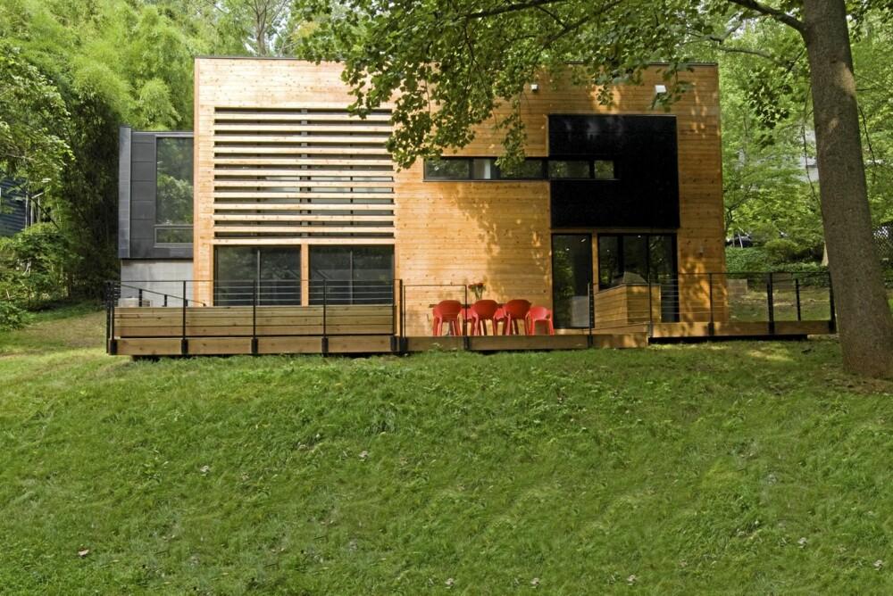 STRAMME LINJER: Det moderne huset i sedertre passer godt inn i de skogkledde omgivelsene.
