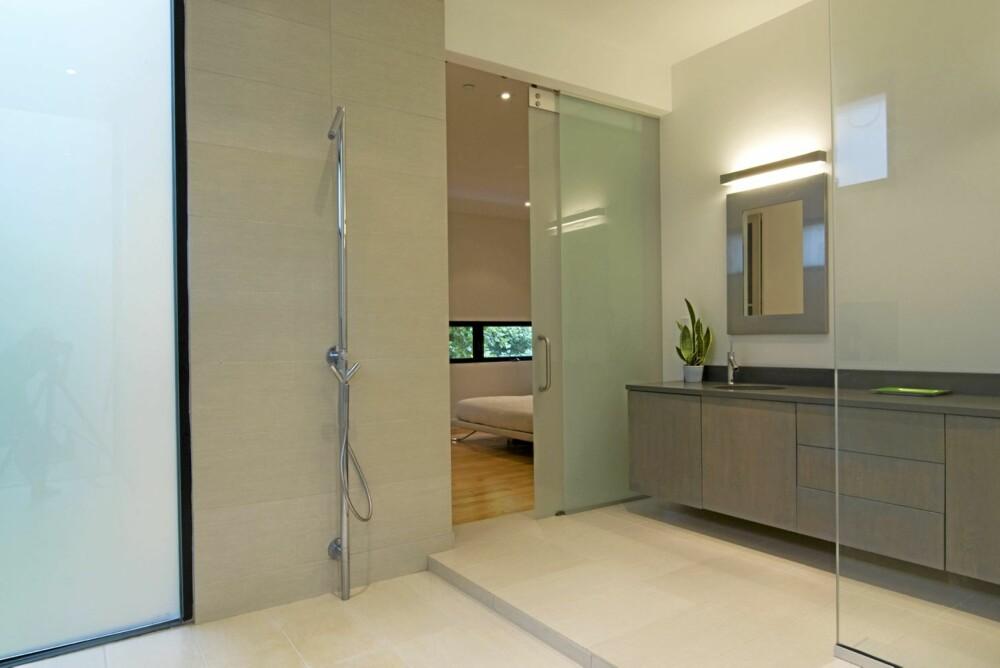 BAD: Det flislagte badet er stilrent og minimalistisk i duse farger