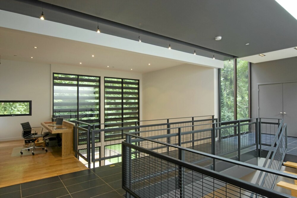 ÅPENT: Hele huset har en åpen løsning, også mellom de to etasjene. Oppe har familien kontor og soverom.