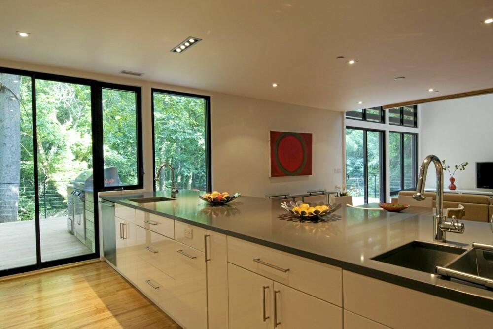 FORLENGET KJØKKEN: Arkitekten forlenget kjøkkenet ut til terrassen.