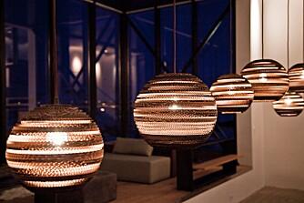 ENESTE UTENLANDSKE: Lampene i fellesområdene er en av de få tingene som faktisk ikke er laget på Island. Graypants er formgitt av resirkulert papp og kommer fra Canada.