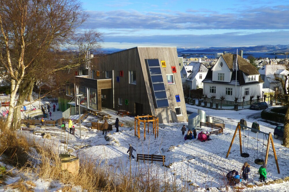 FRITTLIGGENDE: Vålandshaugen barnehage ligger på en topp. Tomten er langstrakt og skrånende, noe som arkitektene har latt prege bygningsformen, slik at den følger terrenget. (FOTO: Katja Ewald)
