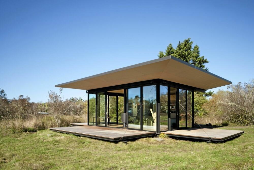 ENKELT: I tillegg til hovedrommet inneholder hytta et lite kjøkken og et bad.