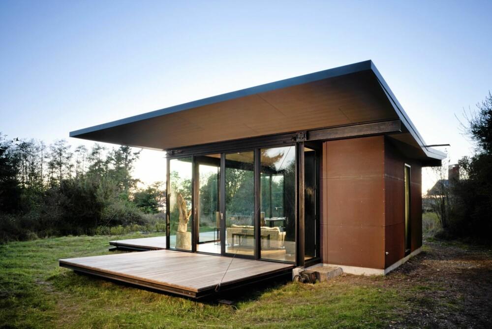 TERRASSE OG BESKYTTELSE: Når lemmene, som ved hjelp av et trinsesystem kan heves, er lagt ned fungerer de som terrasse når hytta er i bruk.