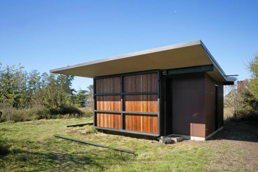 LUKKET: Slik ser hytta ut når lemmene er hevet og hytta lukket.