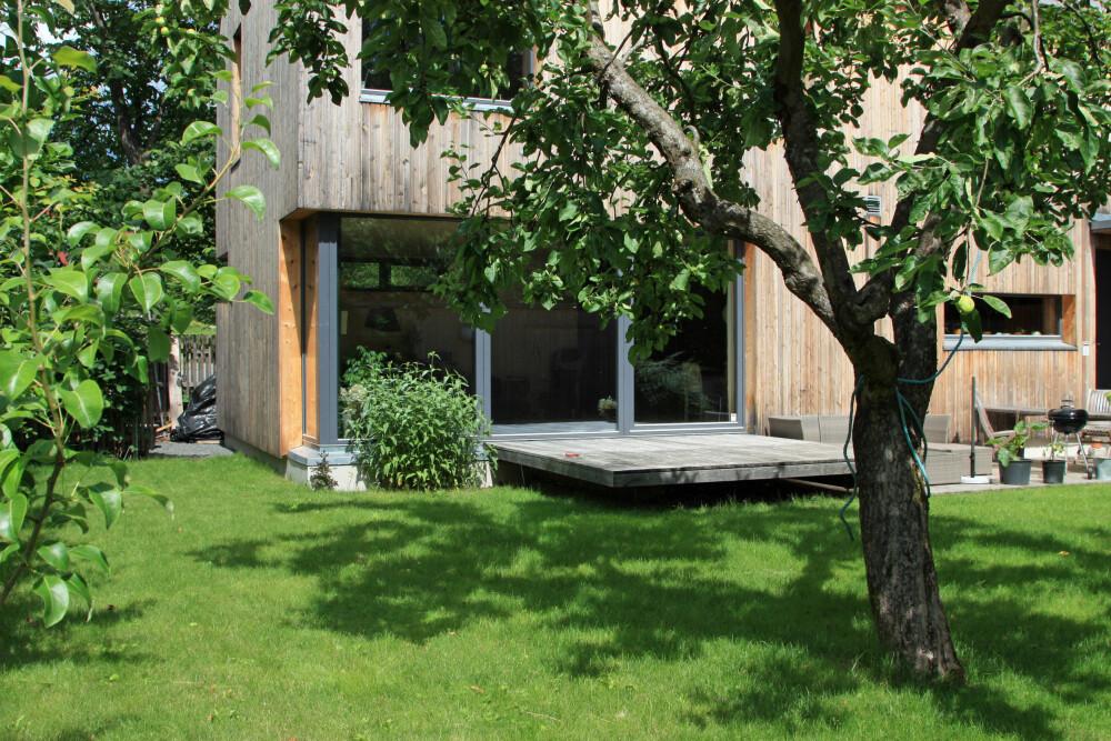 MED FIN HÅND: Huset er gitt en kompakt form og plasserer seg forsiktig inn i omgivelsene, noe som blant annet kommer til uttrykk gjennom plattingen som varsomt glir ut fra huset, som om den var en landgang fra et skip.