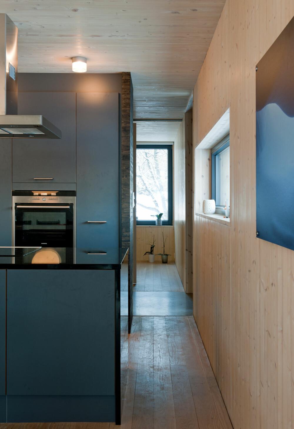 KOMPAKT: Arealeffektivitet har vært viktig i utformingen av boligen. Det kommer blant annet til uttrykk her i passasjen mellom kjøkken og et av soverommene. Man har også brukt skyvedører flere steder i huset.