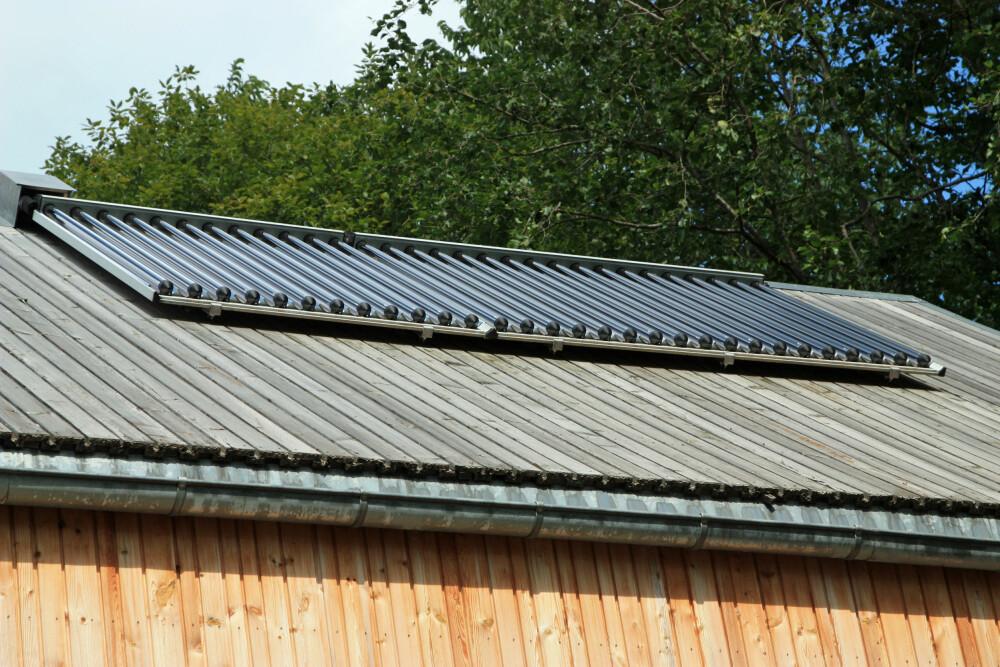 SOLFANGER: På taket er det montert en solfanger som sørger for energi til oppvarming av varmtvann samt vannbåren varme i gulvet.