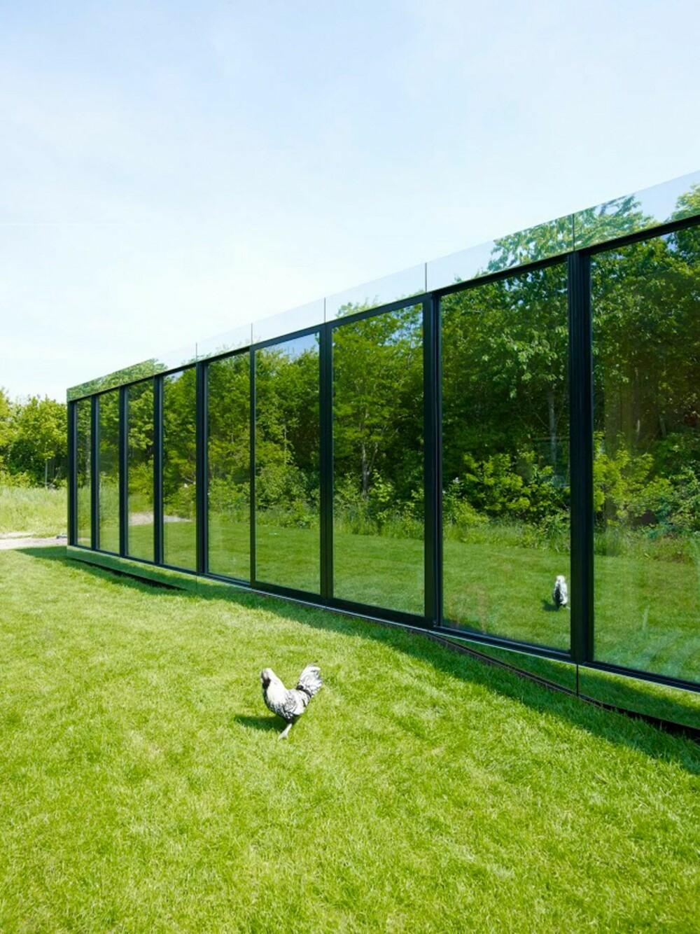ALT I GLASS: Mens omgivelsene speiler seg i glassfasaden, hindrer den også alt innsyn. Klarer du forresten å finne hageutgangen i fasaden