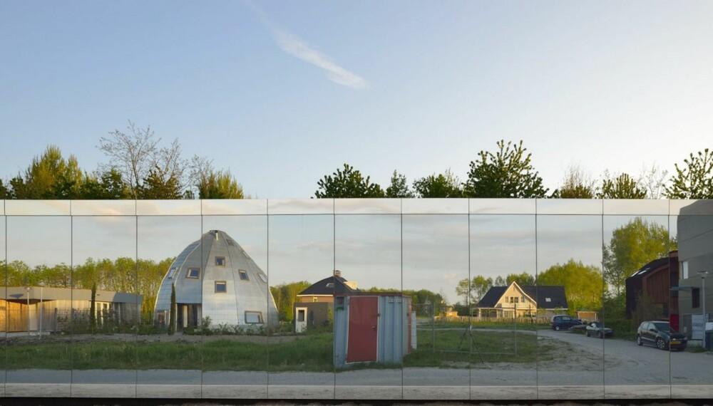 UTE ELLER INNE?: Fasaden speiler omgivelsene, slik at man nesten blir i villrede om man befinner seg utenfor eller innenfor. Bak fasaden kan man stå ubemerket og skue ut.