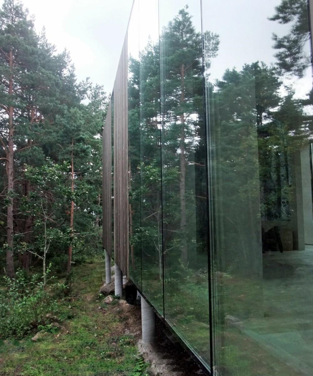 VINDUSBRUK: Speilingen i vinduene skaper et inntrykk av at huset er en del av den omkringliggende naturen.