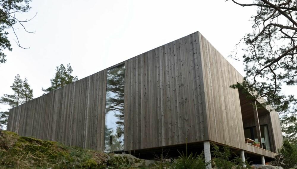 PÅ SØYLER: Hele huset er satt på spinkle søyler, akkurat tilstrekkelig til å heve det over terrenget, men samtidig på en slik måte at det skaper et inntrykk av at huset svever.