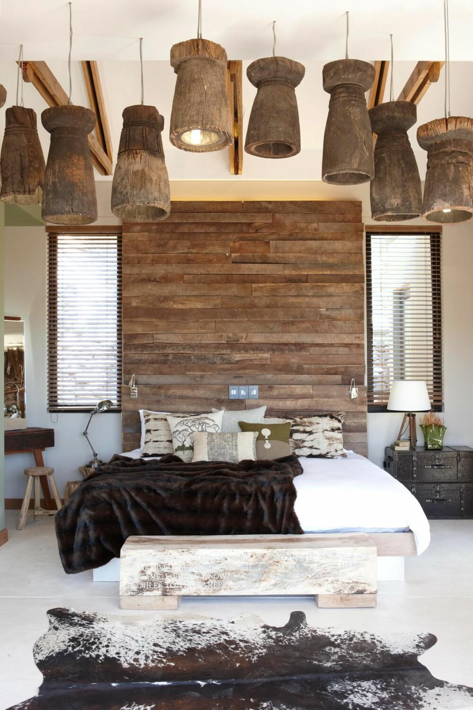 SETT OVENFRA: Hver suite har gjenkjennelige effekter som hodegavl av tre, mange taklamper og mye skinn. Men hvert rom har sin egen unike palett og sine egne designeffekter.