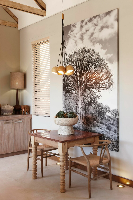 UTSMYKNING: Hvert møbel er som et smykke, og veggene bærer fotografier tatt av Micky Hole. Stoler er designet av Hans Wegner.