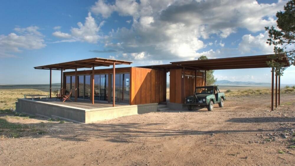 KOMPLETT: Dette minihuset er det første av flere som skal settes opp i dette avsidesliggende ørkenområdet. Modulen kom komplett med et utendørs skur og ferdig innredet. Fra den store plattformen har de super utsikt over det spesielle landskapet.