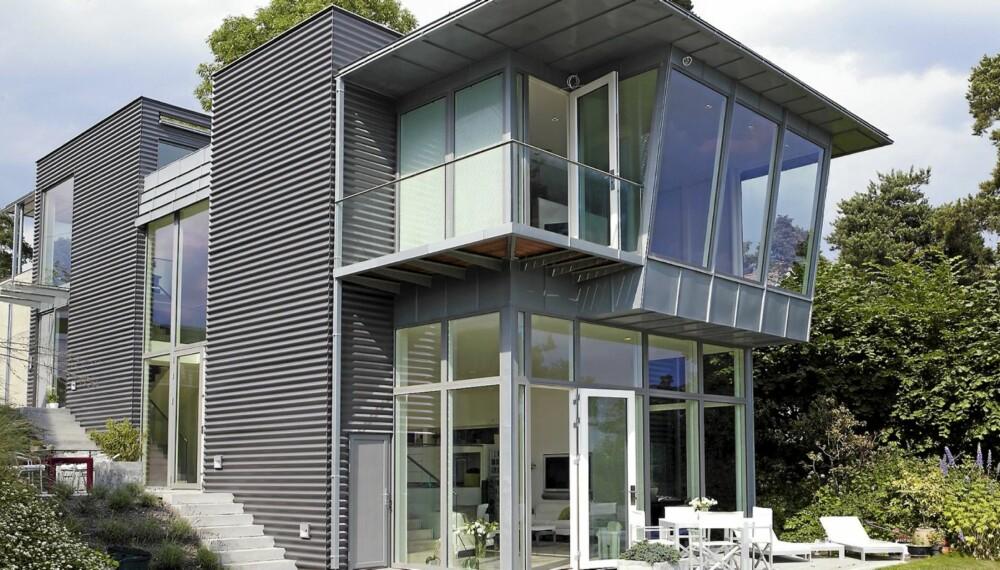 SMAL SAK: Bygningskroppen er lang og smal for å få plass på den smale og skrånende tomten. Boligen er bygd over seks nivåer.