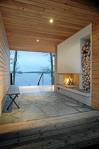 ÅPNER OPP: Med ly for vær og vind og ild på peisen er dette et ute-innerom.