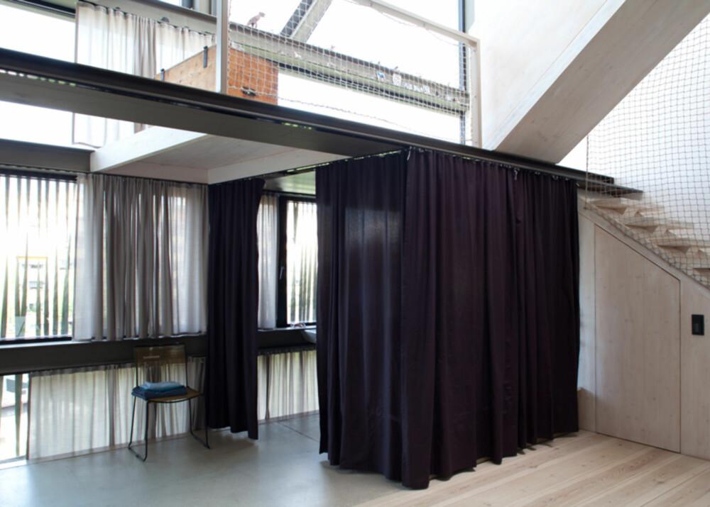 GJEMME BORT: Om man skulle ha behov for litt privatliv i badekaret, er det bare å trekke gardinen for.
