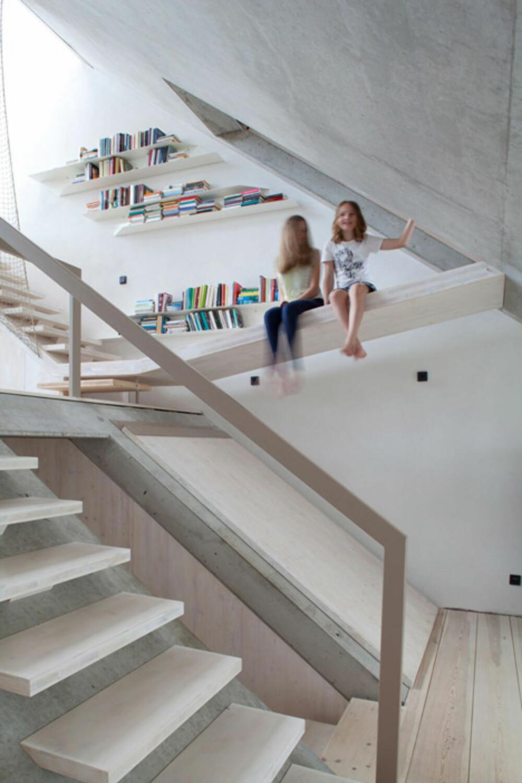 BARNEVENNLIG: Barna i dette huset synes det er gøy å kunne skli på gulvene hjemme.