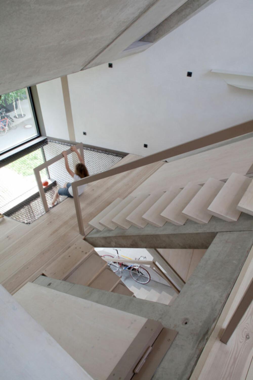 UYNYTTET HØYDEN: Arkitektene har utnyttet huset høyde til det fulle for å skape spennende forskjeller mellom nivåer inne i huset.