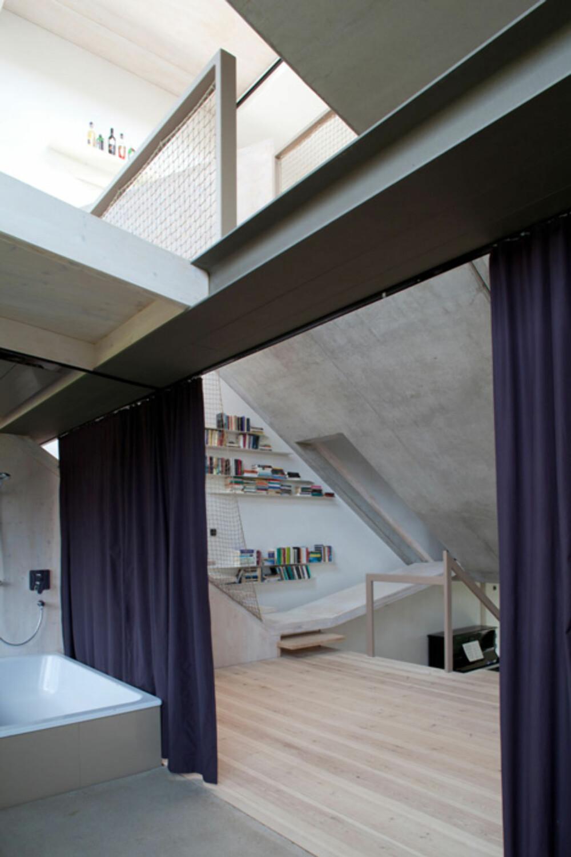 GARDIN: Dette baderommet kan gjøres mer privat ved å trekke for gardinene.