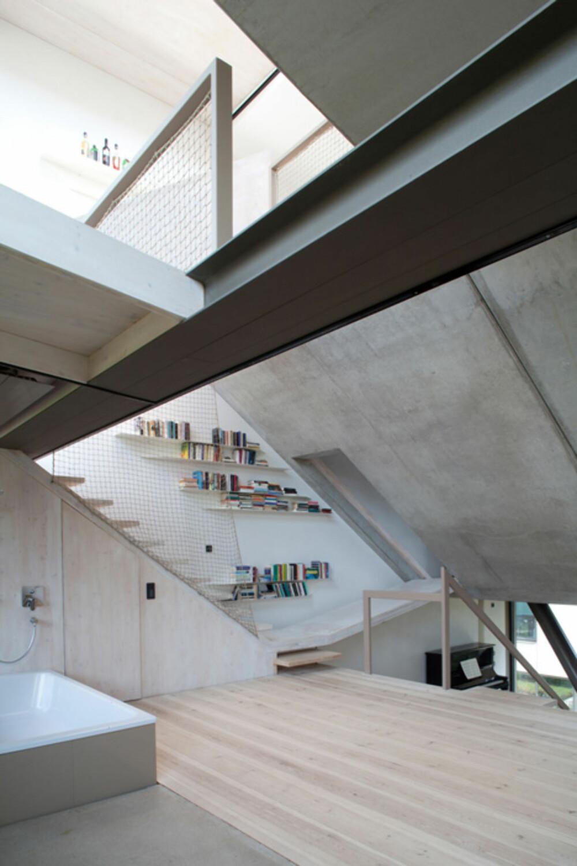 NIVÅER: I Townhouse B14 i Berlin har man utnyttet huset høyde for å skape et spennende interiør.