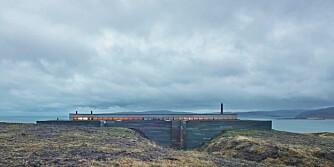 LANGSTRAKT: Dette huset ligger på den skotske vestkysten og ligger ovenfor en fjordarm. Det er brukt lokal skifer og lerk som ytterkledning.