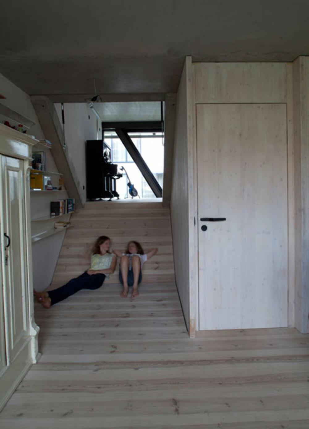 SKEIVE GULV: Gulvene skråner mellom etasjene i dette huset, til stor glede for husets barn.