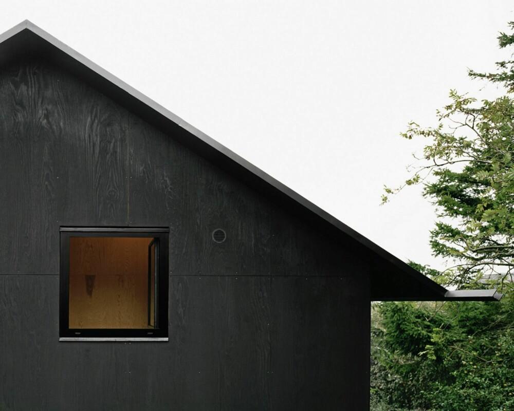 SVART SOM NATTA: Fritidshuset Morran preges av svært knappe, gjennomtenkte detaljer og materialer.