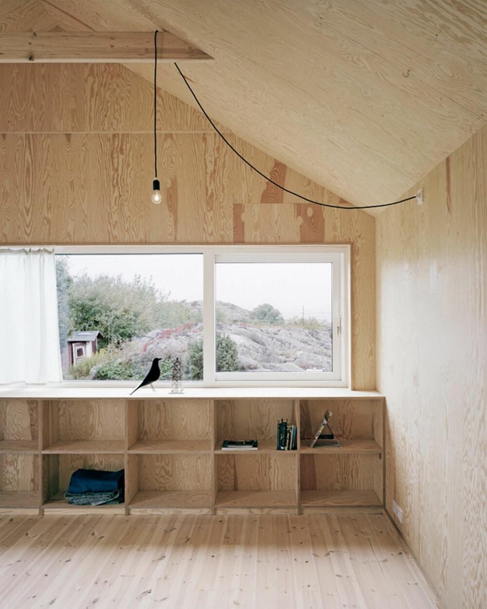 ET HUS MED EKTHET OG KARAKTER: Innredningen i kryssfiner er plassbygget, og den blir dermed til en helt naturlig del av rommet.