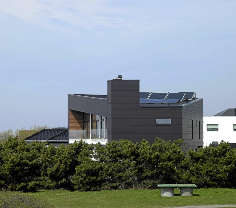 MILJØRIKTIG: Villa Alstrup tegnet av arkitektfirmaet C. F. Møller er oppført med bæredyktige materialer. Blant annet er det isolert med papirganulat som er et gjenbruksprodukt. Huset er kledd med fiberbetong, noe som gjør bygningen nærmest vedlikeholdsfri. Legg merke til solcellepanelene på taket.