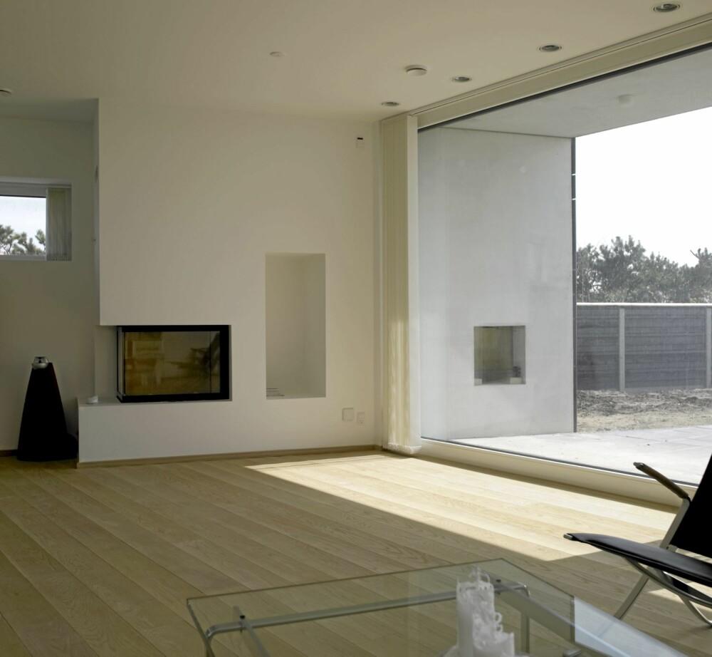 FULL ÅPNING: Stuen er også lagt der lysinnfallet er størst. Her er det vinduer fra gulv til tak, og fra vegg til vegg.