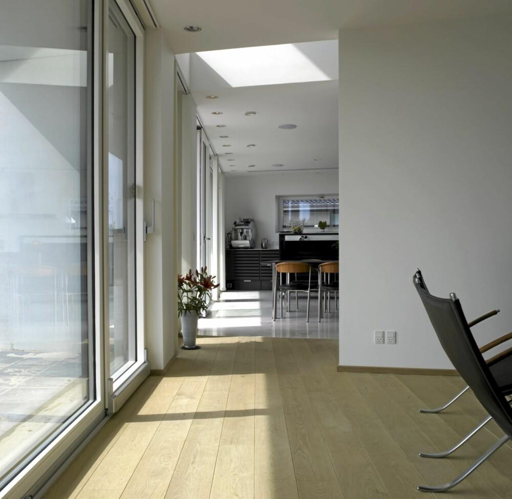 FRA ALLE KANTER: I tillegg til lys fra siden får stuen dagslys fra en vindusnisje i taket.